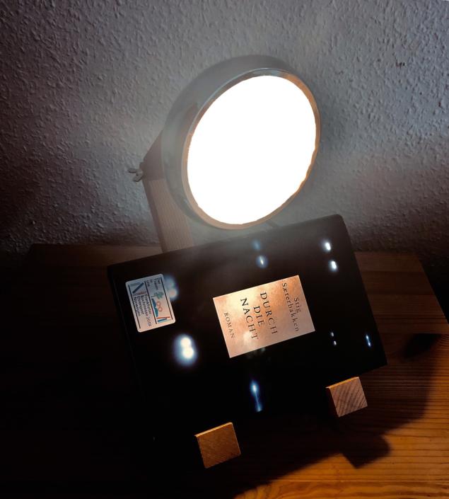 Ein Exemplar von »Durch die Nacht« unterhalb von einer Lampe
