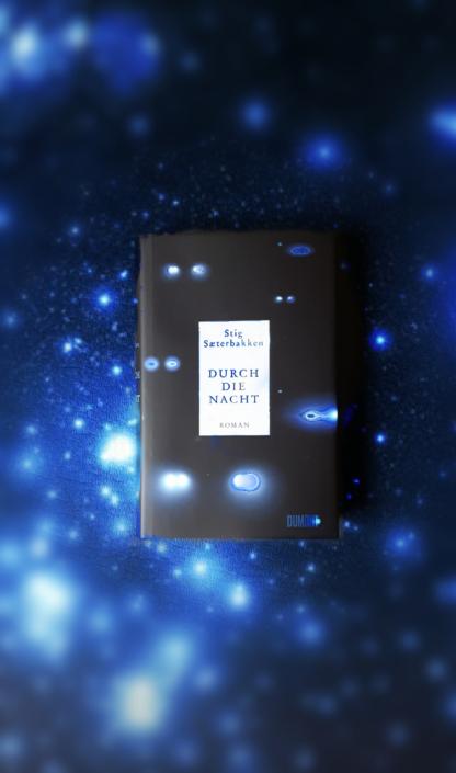 Ein Exemplar von »Durch die Nacht« auf blau-schwarzem Grund