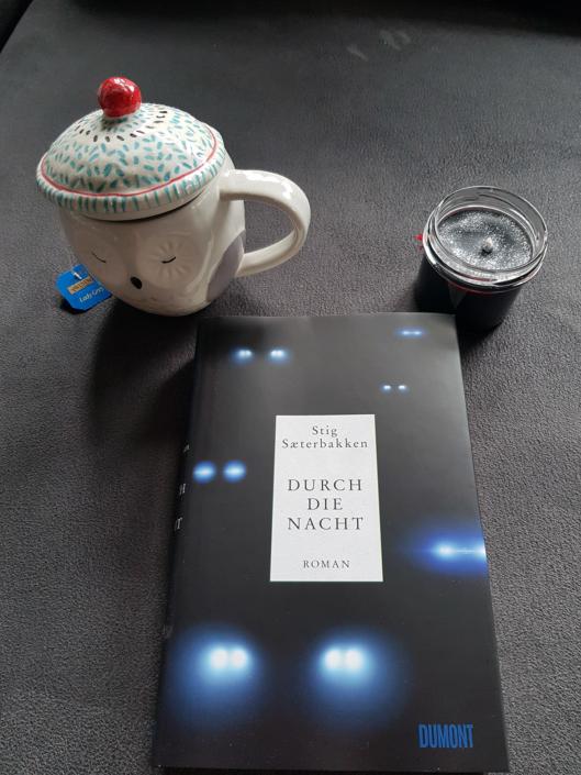 Ein Exemplar von »Durch die Nacht« bei Tee und Kerze