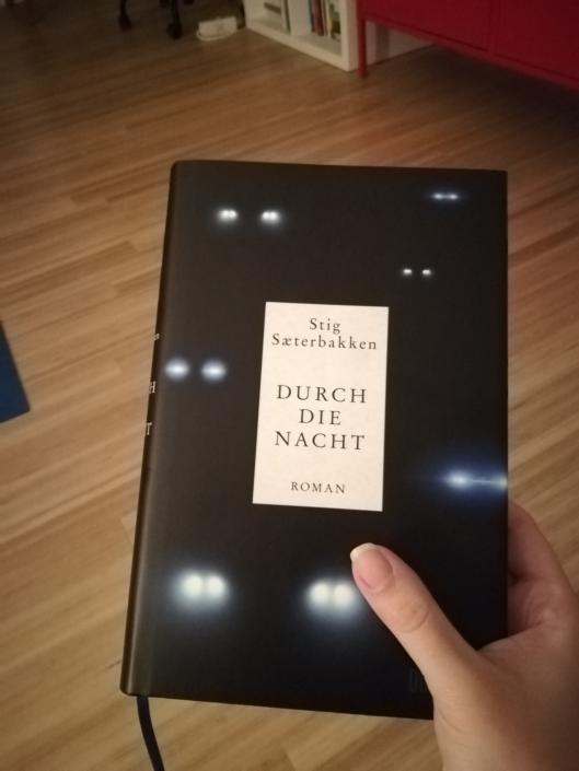 Hand mit einer deutschen Ausgabe von »Durch die Nacht«