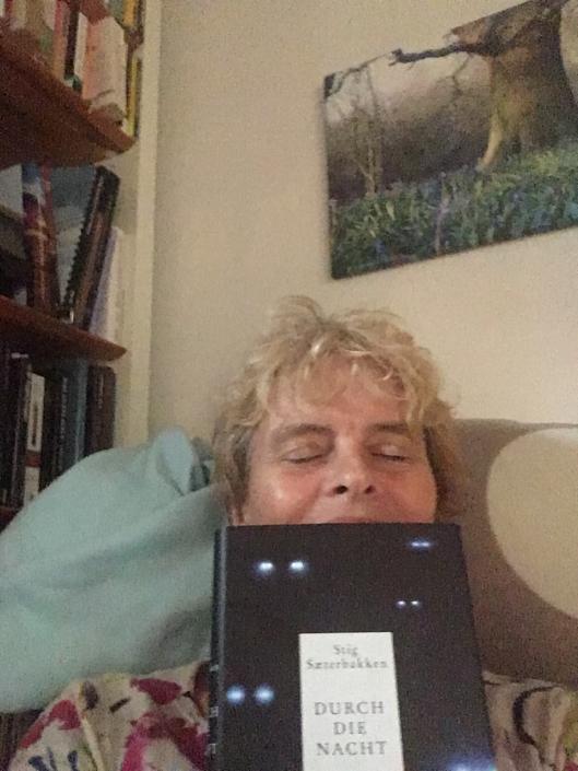 Schwedische Leserin mit deutscher Ausgabe von »Durch die Nacht«