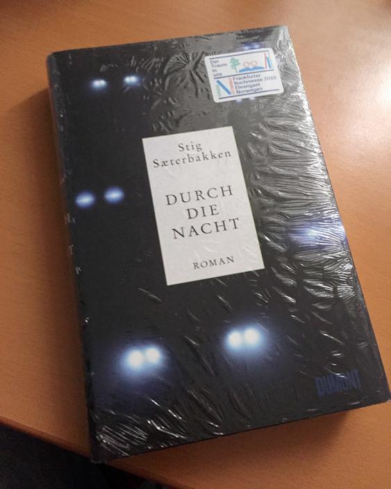 Deutsche Ausgabe von »Durch die Nacht« auf einem Tisch liegend