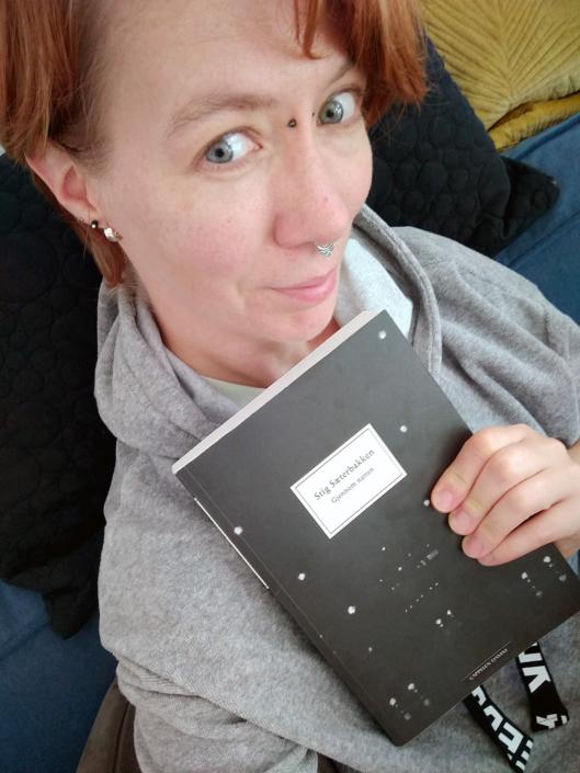 Leserin mit norwegischer Ausgabe von »Durch die Nacht«