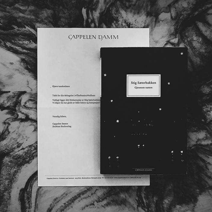 Norwegische Ausgabe von »Durch die Nacht« auf einem Tisch liegend
